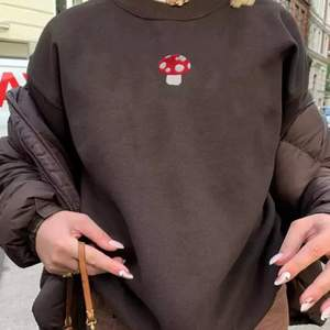 (Lägger upp igen pga oseriös köpare)                           Säljer nu denna fina sweatshirt som har ett litet tryck på en svamp❤️❤️ verkligen jättesöt men inte min stil. Buda i kommentarerna från 100kr eller köp direkt för 300 +frakt❤️