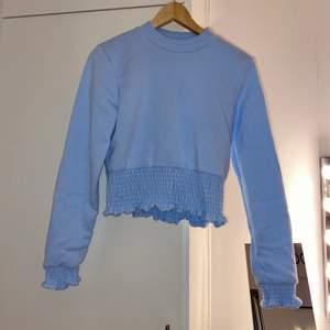 Super fin blå blus som är lite tjockt material men super fin som passar super fint till ett par kostymbyxor och svarta byxor, om du är intresserad fråga gärna om mer bilder på och mer nära❤️