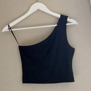 Glansig one shoulder topp från bikbok som tyvärr blivit för liten för mig 💕köparen står för frakt!