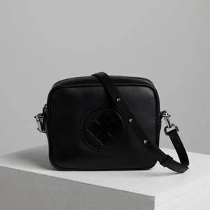 Säljer denna fina Malene Birger väska då den inte kommer till användning. Använd Max 2 ggr. Nypris 2 599kr, frakt tillkommer. Mått: 18 x 14,5 x 6,5 cm.