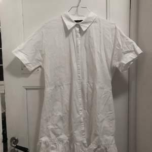 Fantastisk vit tunika/blus från Zarah trafaluc kollektion. Perfekt för våren! Den är märkt storlek L men jag som har S har använt den som tunika. Vill man ha en lösare passform passar den utmärkt för S medan en tightare passform för större storlekar