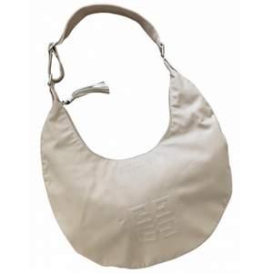 Beige väska från Givenchy som är köpt på Vestiaire Collective i mars 2021. Aldrig använd av mig men tecken på användning av tidigare ägare. Bredd 38cm, höjd 24cm. Pris kan diskuteras!