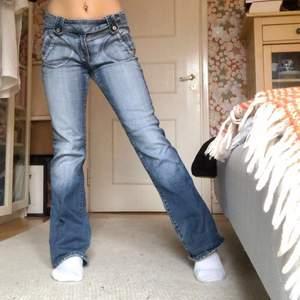 Lågmidjade bootcut jeans i bra skick, saknas dock en knapp på insidan men inget som syns eller behövs