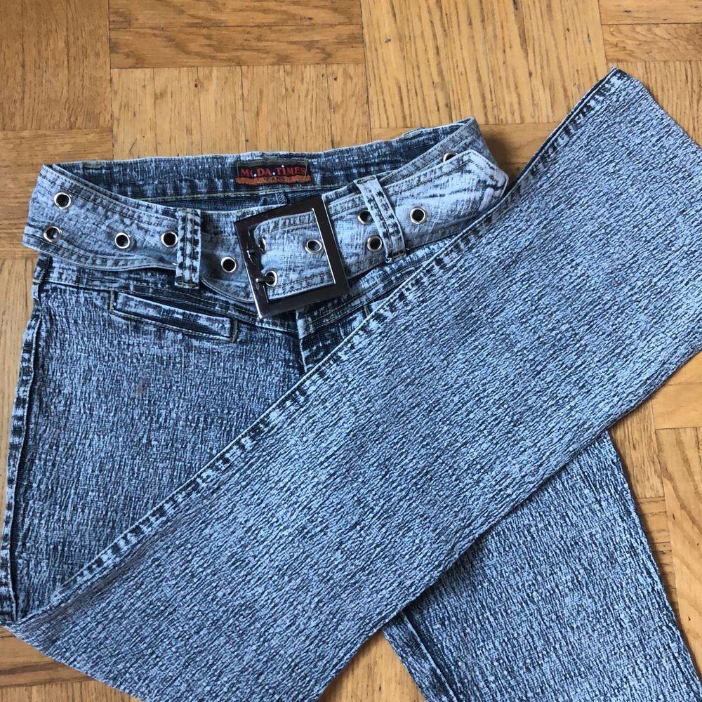 Supersnygga jeans med inbyggt bälte, stretchigt material och utsvängda ben. Jeans & Byxor.