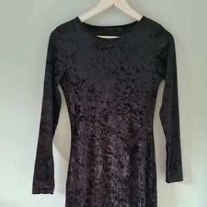En långärmad klänning som används ett handfull gånger men som inte är min stil längre. Den är tajt men väldigt bekväm.
