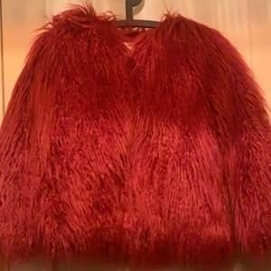 Superfin fluffjacka från Zara, aldrig använd, med prislapp. Köpte för några år sedan men kom aldrig till användning. Storlek 140