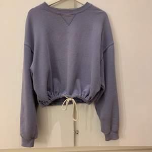 långärmad tröja med jättefin blå färg, köptes på bikbok för ca 2 år sedan och är i bra skick😋