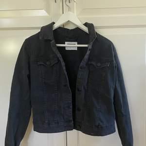 Jeansjacka i bra skick, storlek S men passar även xs. Säljer även en blå jeansjacka på min sida!