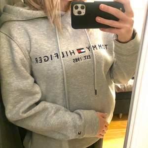 Tommy hilfiger hoodie som köptes på NK i Stockholm förra året. Äkta! Säljes pga att jag behöver pengarna och inte använder denna hoodien. Använd fåtal gånger, som nytt skick. Skriv privat för fler bilder!