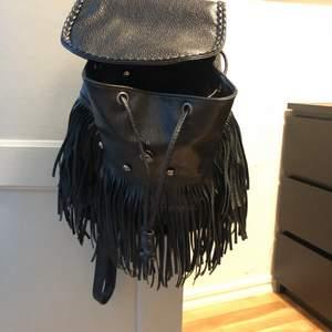 Hej! Jag säljer en ryggsäck! Storlek: stor kategori: väskor märke: vet inte färg: svart material: vet inte skick: har använt den par gånger men den är i fint skick, förutom att det är en detalj som är borta. (Bild 2)