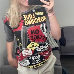 Cool och väldigt unik Love moschino tshirt! Superfint skick, frakt tillkommer🤍🤍
