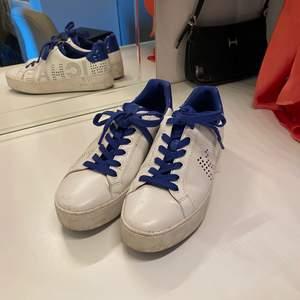 Superfina unika Michael kors skor om de tvättas är de som nya , använda runt 3-5 ggr endast!