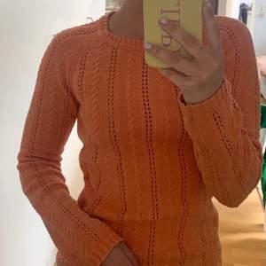 Fin stickad tröja från boomerang i storlek xs men passar även en S/M. Nypris: 800kr.  Färgen är lite orangeare än på bilderna skulle jag säga, som en urtvättat orange färg. Använt ett fåtal gånger i fint skick.
