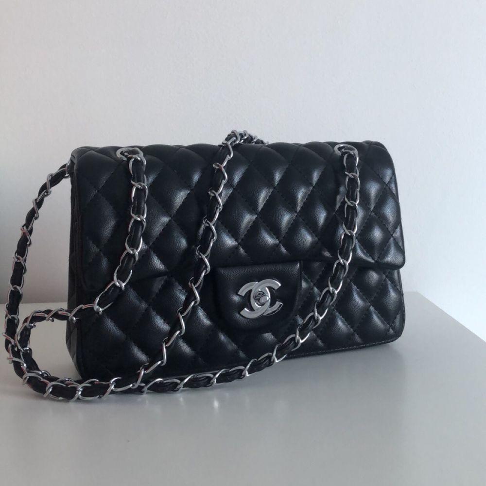 Chanel väska i modellen classic double flag, silver. Rymmer med en del, kan användas som handväska och axelväska. I äkta läder!  Finns möjlighet att byta mot andra väskor även. . Väskor.
