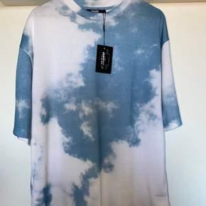 Säljer min Cloud Print T-shirt. Köpt från jadedlnd.com för 389+frakt. Aldrig använd med tag kvar då den var lite stor på mig. Slutsåld på hemsidan. Priset är förhandlingsbart. Köparen står för frakten. Dra iväg en dm vid frågor.