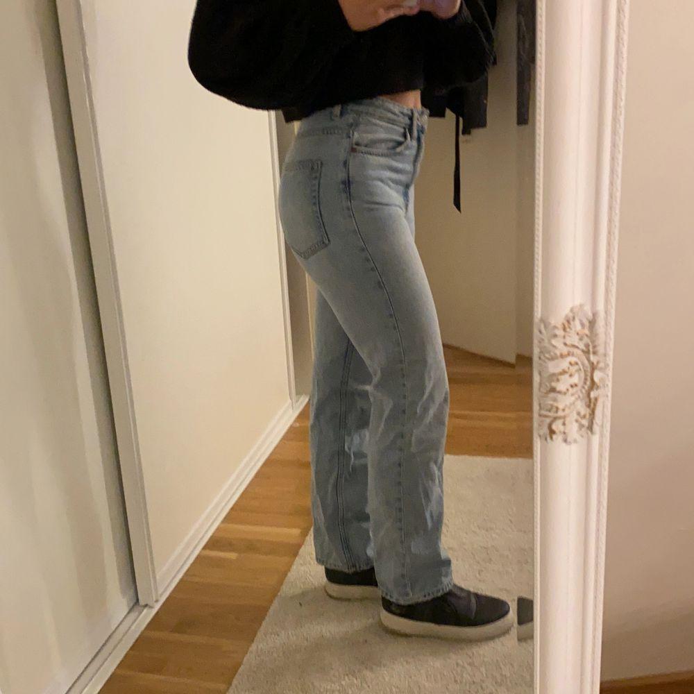 Raka jeans från Weekday. W.25 L.30! Inte mycket använda, bra skick! Passar mig som är Xs, 162. Kan gå ner i pris vid smidig affär 💕. Jeans & Byxor.