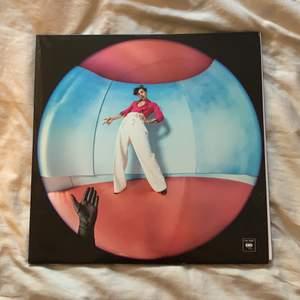 """Denna vinylskiva söker nytt hem! Det är Harry Styles """"Fine Line"""" (postern medföljer) - ospelad och i nyskick! ☺️ Buda gärna 🧚🏼♀️✨ Startpris: 150kr ⚡️❣️ Aktuellt bud: 310kr   Auktion avslutas ikväll, fredag 5/3 kl 14:00"""