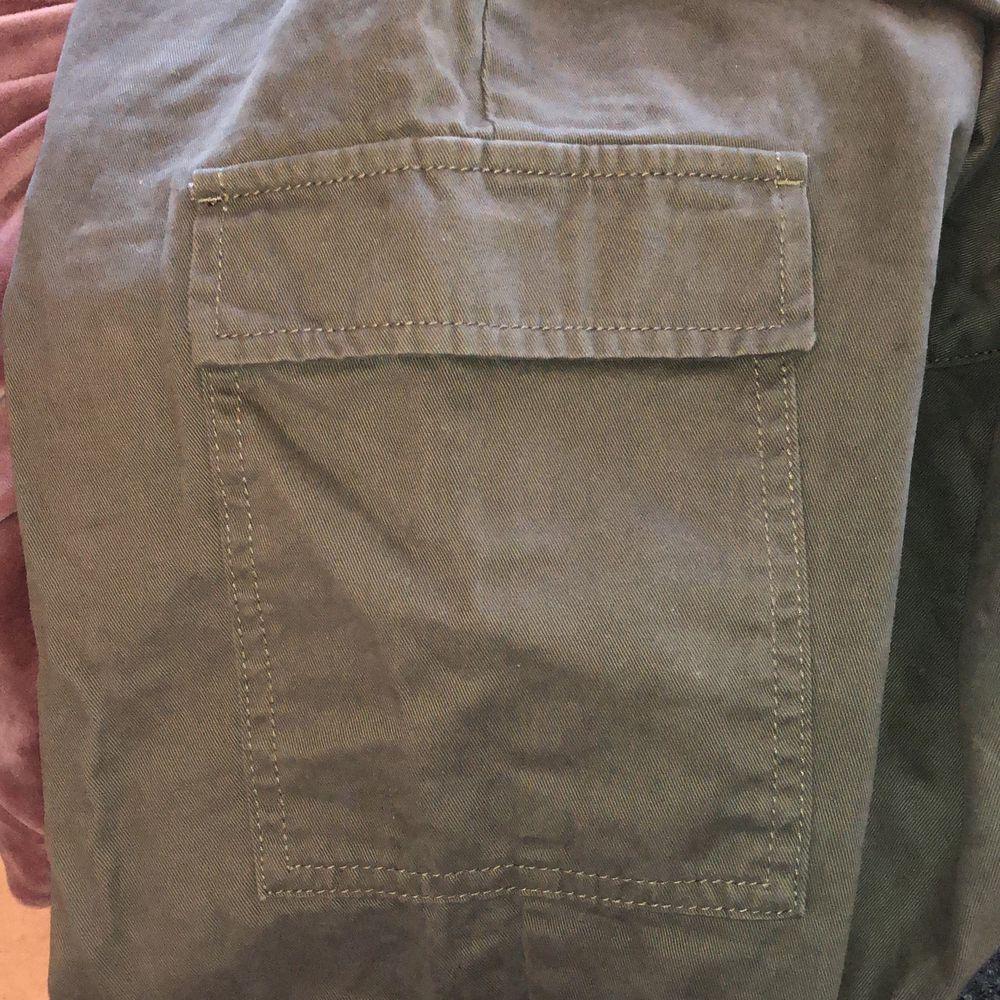 Gröna cargo pants med fickor två på sidan av låret. De är från H&m. Skulle säga att de känns lite som om att de är gjorda av mocka tyg. Säljer då de inte kommer till användning. Köparen står för frakten. Buda i kommentarerna. Jeans & Byxor.