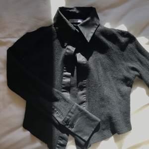 Svart vintage topp/skjorta med krage. Själva tröjan är stickad och är kort i modellen (sitter som en croptop). Bra skick och väldigt unik. Skriv privat för fler bilder.                                                                         Frakt är ej inkluderat🤍