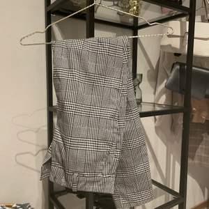 Ett par rutiga kostymbyxor från hm i storlek 34. Fickorna baktill är fake men de där framme är äkta. Ser i princip helt nya ut. Köparen står för frakten. 90kr + frakt