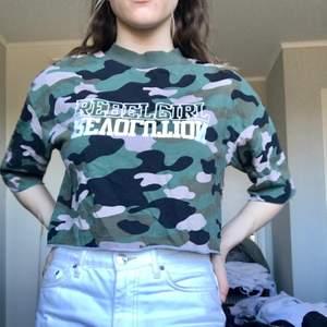 Croppad camouflage tröja från Gina med lite högre krage, superbra skick. 30kr + en liten fraktkostnad