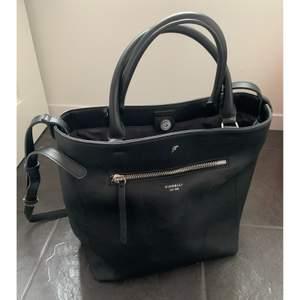 Svart väska i Läderimitation från fiorelli🌸 Använd en kort period, fint skick!! Mått ca: 33x30x17 cm. Nypris ca 1000kr, säljer för 420kr inkl frakt✨