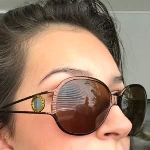 Säljer åt en annan❣️ Väldigt snygga solglasögon från 00-talet(y2k är ju väldigt inne nu)från det gamla kvalitetsmärket Prego. Oerhört fina detaljer på bågarna och formen på glasögonen är något rundade/oval form. Brunt glas och bågar. Från Prego. Originalpris: 1500kr. Köpare står för frakt(24kr)! Storlek: passar de med bredare/större huvud(på mig passar dom ej). Använt ca 5 gånger, så de är i nyskick!