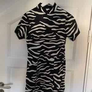 Så snygg klänning i zebramönster från collusion (Asos). Storlek 38 men skulle säga att den är lite liten i storleken så passar nog en 36 med ;)