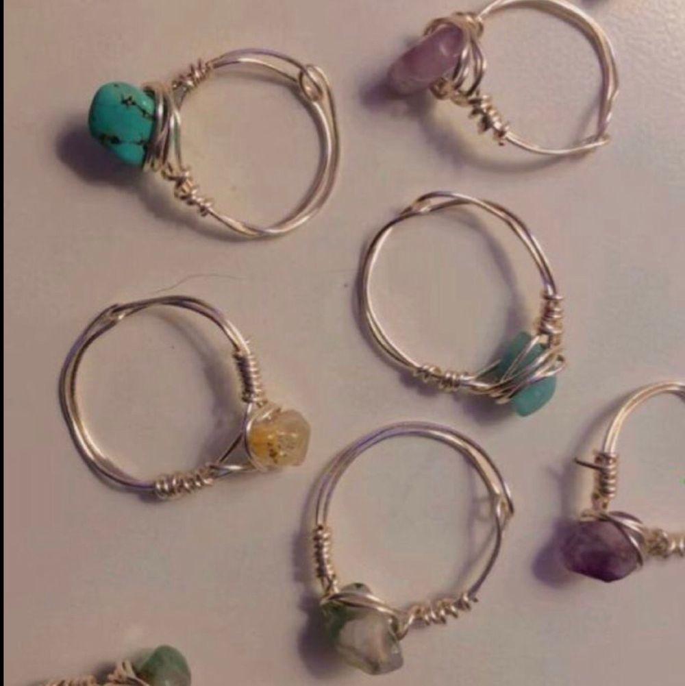!!Intresse koll på liknande kristall ringar!! Tanken är att jag och en vän ska tillverka ringar med kristaller. Vi kommer att göra ringarna utifrån beställning, vilket betyder att ni kan välja mått på ringar men också kristaller till ringen beroende på hur vårat utbud ser ut!! Bilderna är inte våra men kommer lägga ut mer information och egna bilder så snart som möjligt❤️(priserna kommer variera beroende på kristallen ni väljer men kommer ligga runt 35kr+frakt). Accessoarer.
