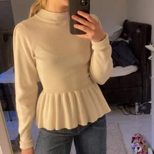 Säljer min stickade tröja från Gina Tricot i storlek S pga fel storlek för mig😫 Riktigt snygg och knappt använd🤩 köpare står för frakt.