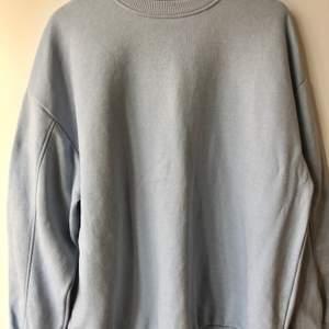 Oversized ljusblå sweatshirt från Bherska. jättesnygg modell och väldigt lite använd, en julklapp som inte går att lämna tillbaka. Säljer en likadan sweatshirt i mörkbrun här på kontot. Kan mötas upp i Malmö eller tillkommer frakt.
