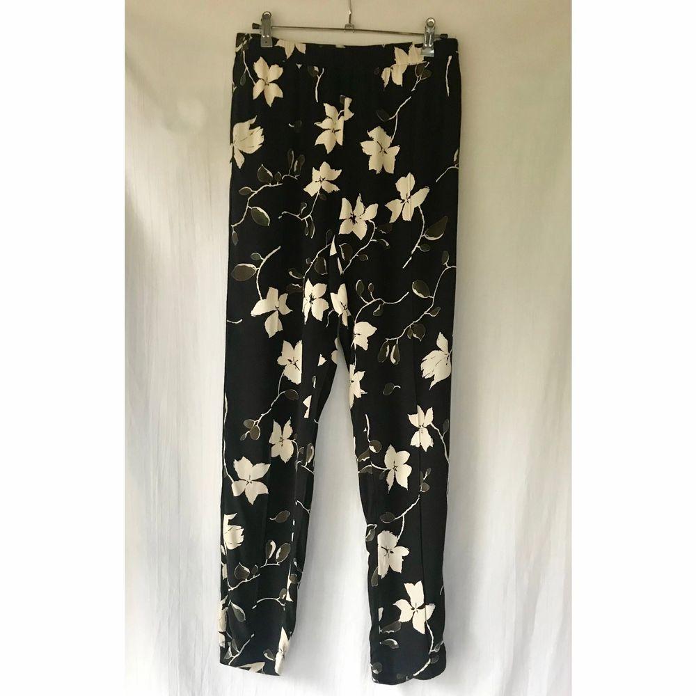 GANNI «Rosemont Crepe» svarta blommig byxor i nyskick. Storlek 34. Elastic midja och dragkedja på ben. Längd: 99cm. Material: viskos.. Jeans & Byxor.
