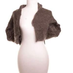 En brun kortärmad tröja/väst i storlek S, har ett litet hål på ryggen men kan sy ihop det så det inte syns.  66kr frakt ( spårbart)💕