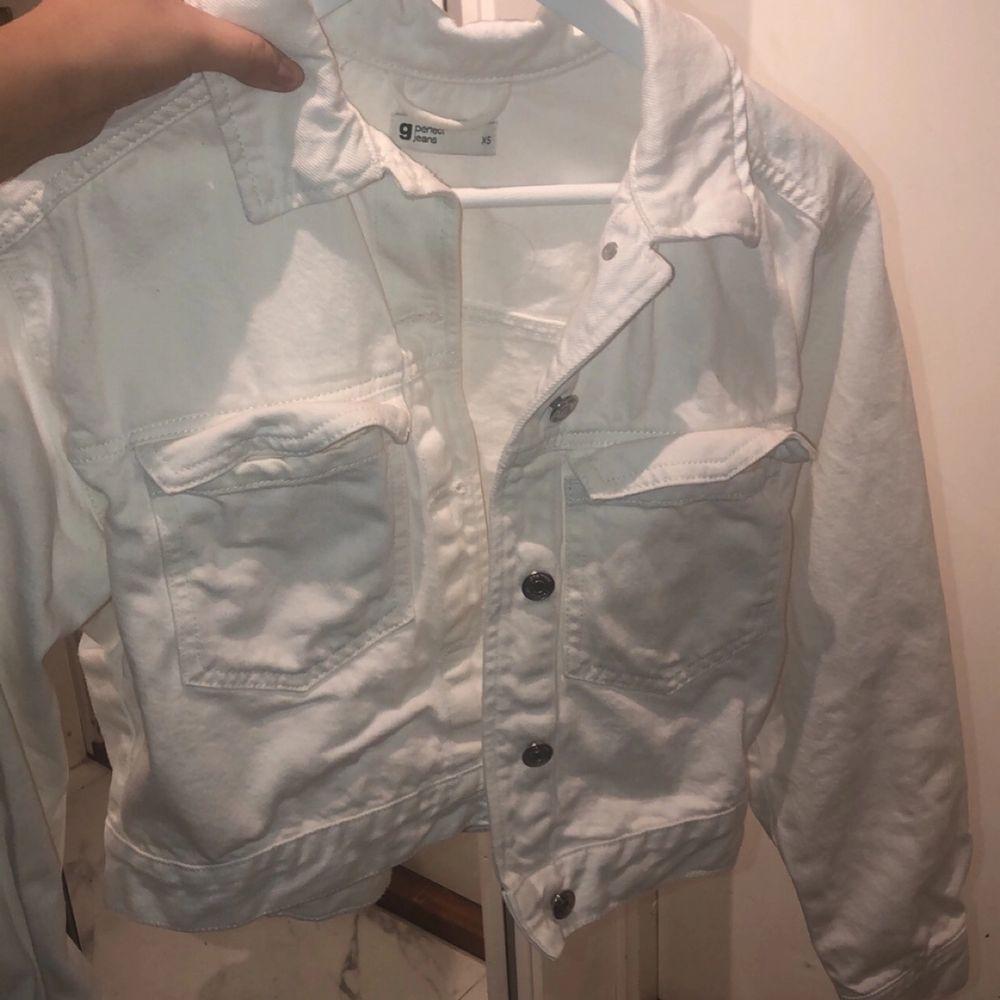 Säljer min vita jacka som är perfekt till våren då jag inte använder den längre, frakt tillkommer 🚚 ❤️. Jackor.