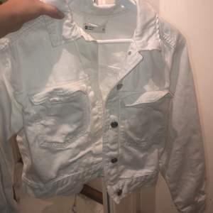 Säljer min vita jacka som är perfekt till våren då jag inte använder den längre, frakt tillkommer 🚚 ❤️