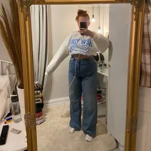 Sjukt snygga raka, långa jeans i en fin blå tvätt ✨ frakt tillkommer
