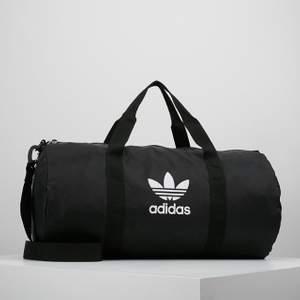 Super snygg träningsväska från adidas, i ny skick, säljer då jag har en liknande. Köpt för 350kr✨ den har även en lång remm så du kan ha den över axeln