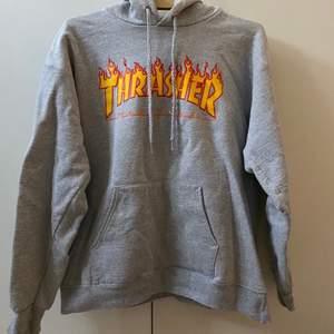 thrasher hoodie som är i fint skick förutom en liten skråma på ena snöret. storlek s men passar en m. köparen står för frakt på 66🥰
