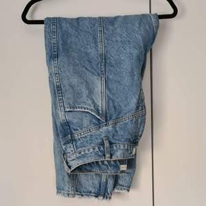 Ankellånga jeans med lite läsare passform.