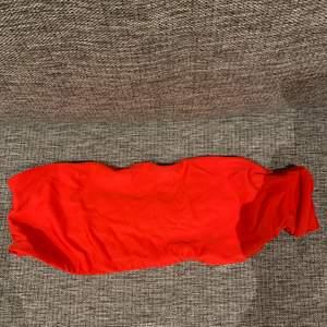 En röd bandou bikinitopp och även en gul, storlek L på båda, säljer för 50kr styck + frakt 🤍