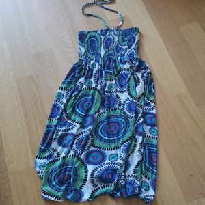 Jättefin bohemisk klänning i strl S som man kan antingen knyta runt halsen eller ha utan.