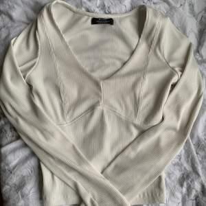 V ringad tröja från Bershska som jag aldrig använt. Skicka meddelande vid intresse✨✨ köp direkt för 100kr💓