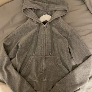Säljer en juicy couture tröja i grå i Jätte fint skick. Kan även tänka mig att byta mot en i storlek S.