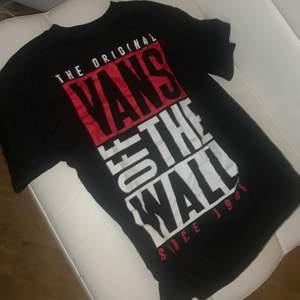 Vans T-shirt med tryck på ryggen, köpte för ett tag sen men tog fel storlek.. så har inte kommit till användning alls , så inprincip endast testad😊 och vad jag vet så är den ganska så slut såld 😅