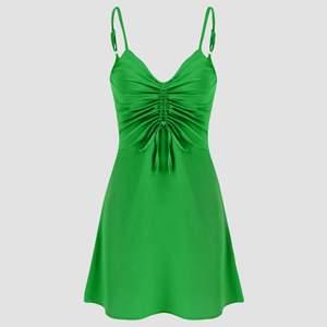 Emerald-grön klänning från Cider, helt oanvänd och prislapp kvar (endast testad). Står strl M men är för lite för mig så skulle säga ca 36! SUPERskönt material🤩 Skutsåld på hemsidan!!