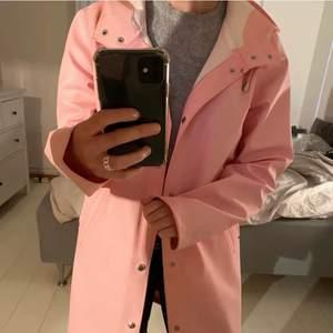 Såå fin regnrock från det populära märket stutterheim, kostar 2000 på nypris. Använd Max 5 gånger så den är verkligen i fint skick! Det är svensk design och materialet är tjockt så den går jätte bra att ha på vintern också :)