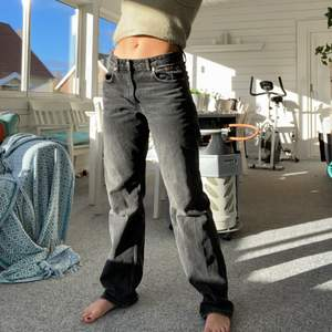 Säljer mina populära mid waist jeans från Zara då jag hade önskat en storlek större. Dessa är st 38, Kan tänka mig byta mot likadana i storlek 40⭐️ Budgivning vid flera intresserade. Högsta bud: 200