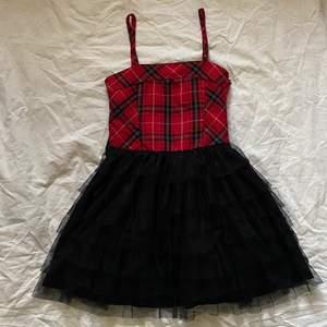 """cool klänning med ryschad """"kjol"""" nedtill. Barnstorlek men skulle säga den passar XXS/XS kanske till och med S. Har stretch där bak. Så passar många. Köparen står för frakt. 💕"""