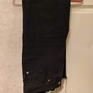 Svarta fransade jeans från Lager 157. Är i storlek S. De är i bra skick då de använts ett fåtal gånger. Kontakta mig vid frågor eller intresse. Köparen står för frakten.🤍