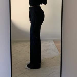 Svarta kostymbyxor med vita ränder från NAKD. Byxorna är i strl 36. Säljer pga att dom inte kommer till användning. De har inga slitningar och är använda max 2ggr! 💕